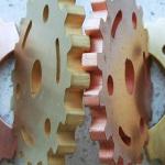 Nichteisen-Metalle wie Aluminium, Messing und Kupfer eignen sich besonders für das Wasserstrahlschneiden. Sie bilden fast keinen Grat bei der Bearbeitung und können wohl mit keinem anderen Verfahren kostengünstiger bearbeitet werden.
